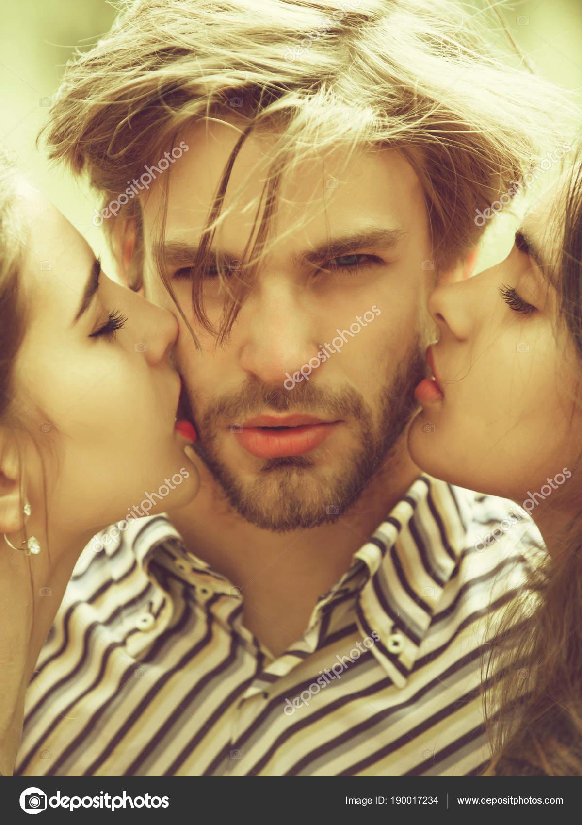 Сексуальный поцелуй двух девушек