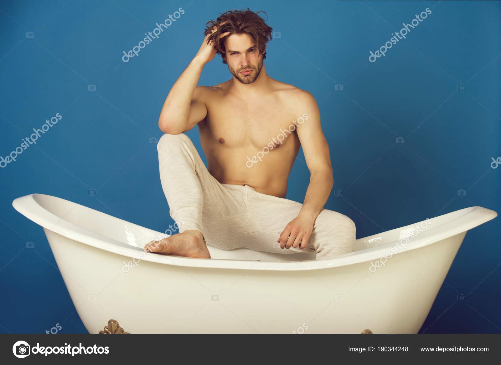 Uomo In Vasca Da Bagno.Uomo Bello Con Il Torso Muscoloso Nudo Sexy Su Vasca Da Bagno Foto