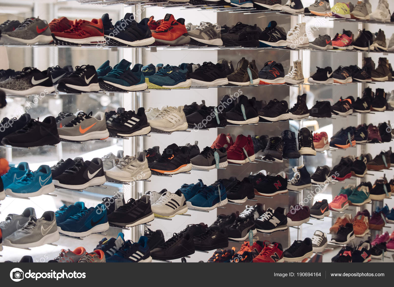 f73736a9904 Milan, Italië - 13 September 2017: moderne sneakers in schoenenwinkel.  Nieuwe modellen van sportieve schoenen van bekende merken — Foto van ...