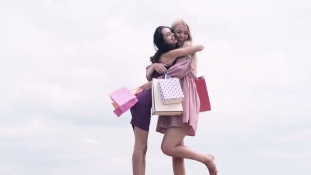 Bránice páru s nákupní tašky v městě. Pojďme nakupovat! Mladí happy letní nákupní žena s nákupní tašky.