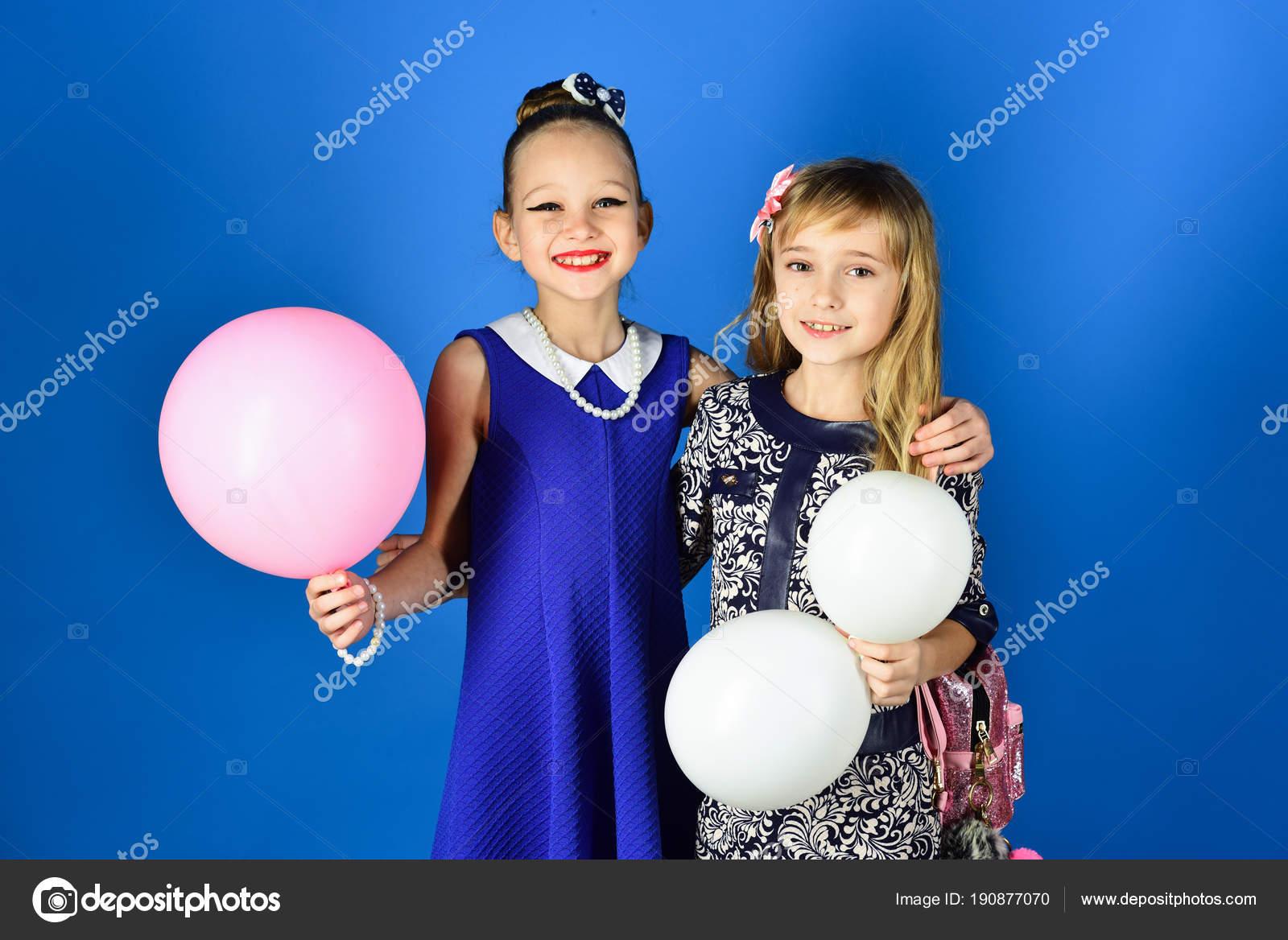 Kinder Mädchen Kleid, Familie und Schwestern. Kleine Mädchen in ...