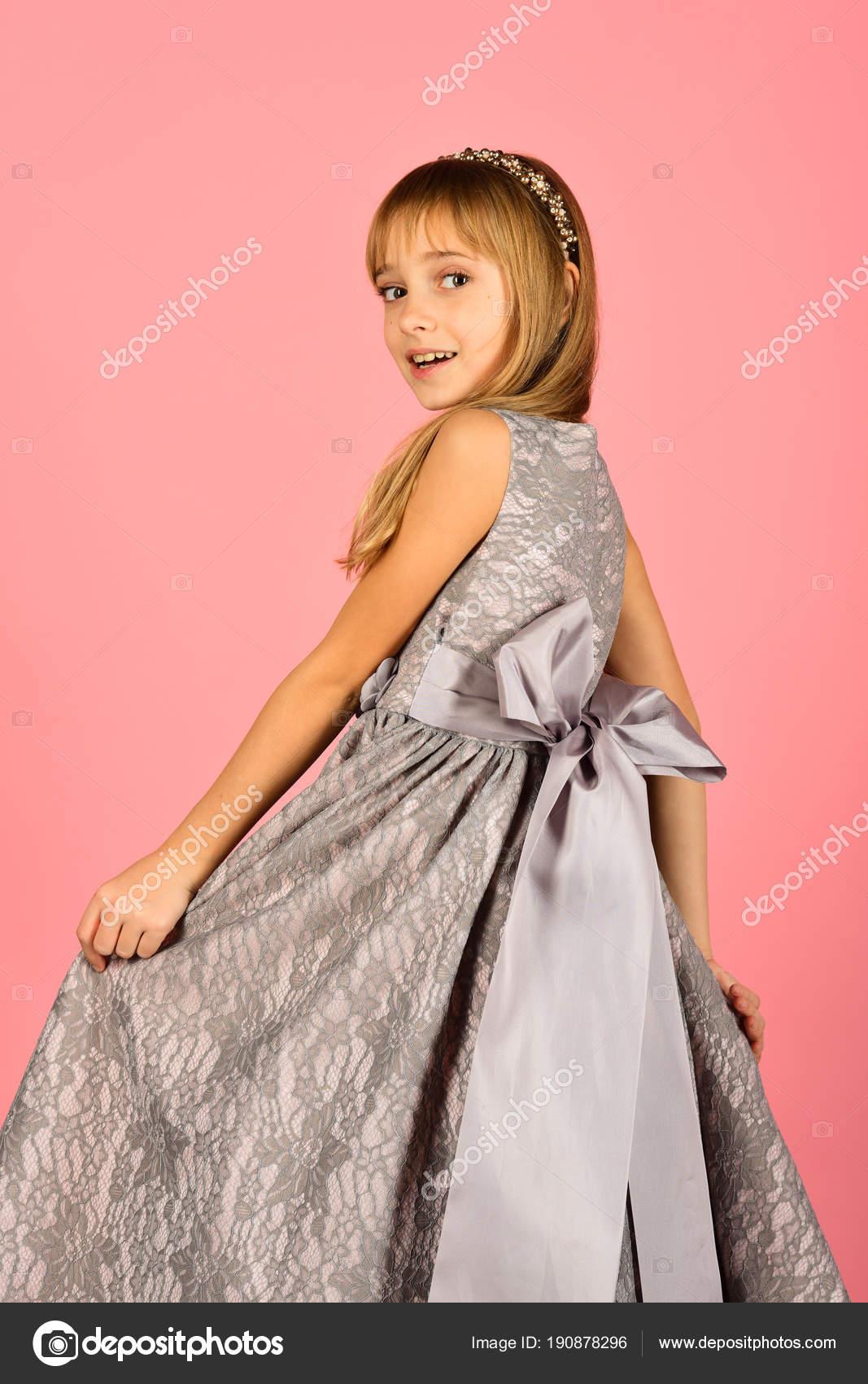 Mira, peluquería, maquillaje. Modelo sobre fondo rosa, belleza. Niña ...