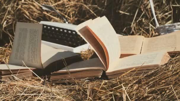 Otevřená kniha s Překlopená stran. Vítr fouká stránky knihy. Vintage knihy na farmě.