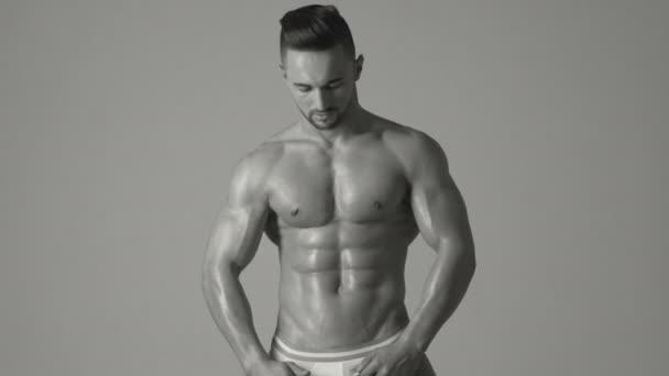 Sportember, izmok, sportoló ember. Sportos kaukázusi Férfi hat pack, mellkasi izmok, tricepsz. Gyönyörű férfi felsőtest. Testépítő, testépítés.