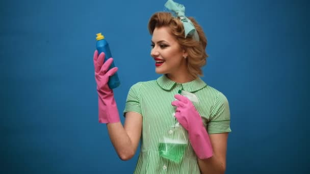 Pin-up Frau mit Reinigungsgeräten. Reinigungskonzept mit Vorräten. Reinigungsdienstkonzept. Pin-up-Mädchen werben für Reinigungsprodukte. Frau mit Handschuhen.