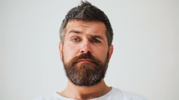 Mužské sperma v obličeji emoce. Vousatý muž s různými výrazy. Mladý muž portréty s různé emoce a gesta. Pohledný muž, emocionální. Mladý muž, vyjádření různých emocí
