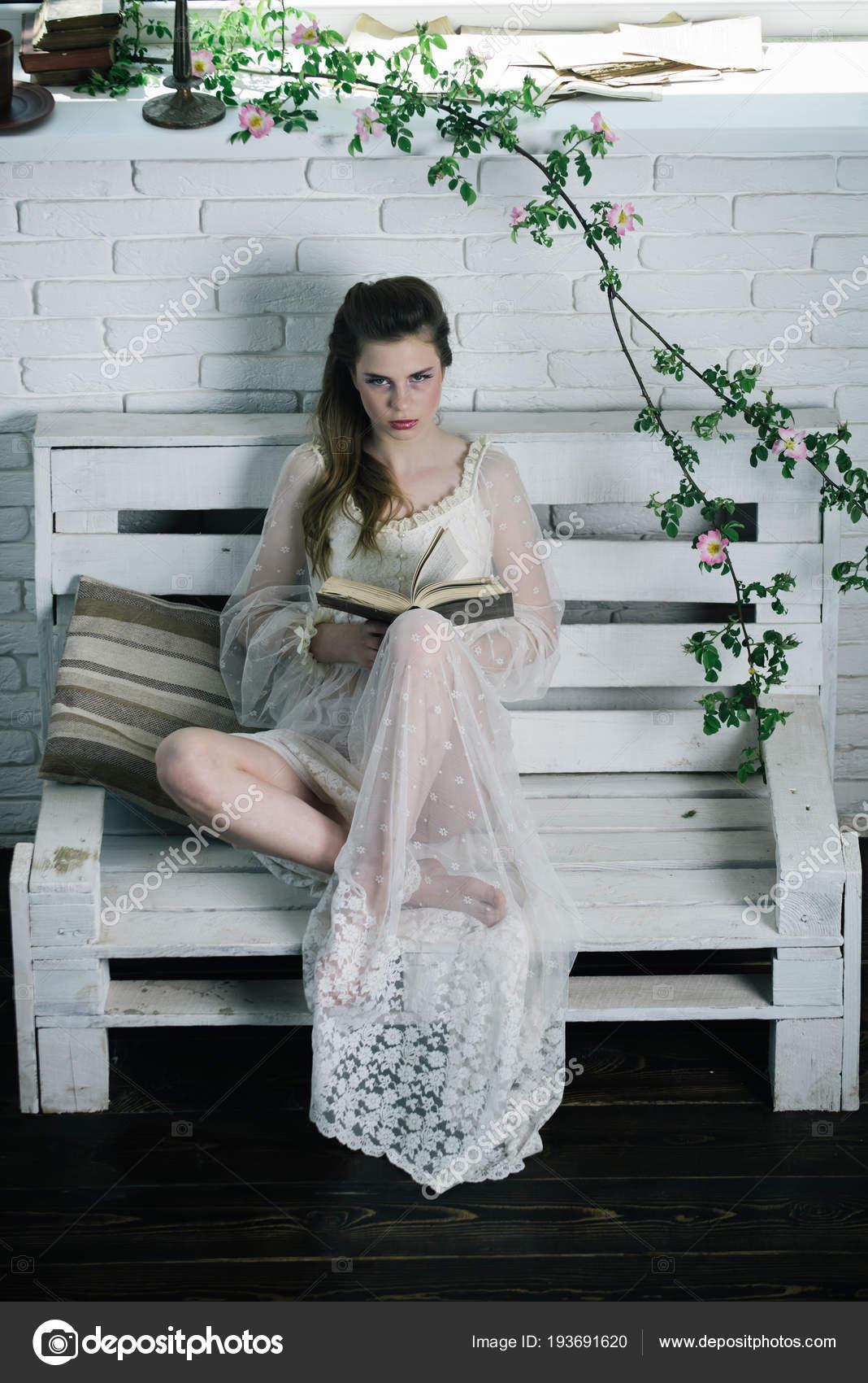 e4cd80296cb Γυναίκα πρότυπο μόδας διαβάσει το βιβλίο. Ομορφιά και τη μόδα Κοιτάξτε σε  στυλ vintage. Ποιητικό βιβλίο ρομαντικό συγγραφέα. Όμορφο κορίτσι σε λευκό  νυφικό ...