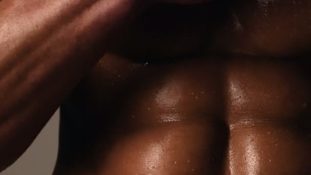 Sportos kaukázusi Férfi hat pack, mellkasi izmok, tricepsz. Gyönyörű férfi felsőtest, ab.