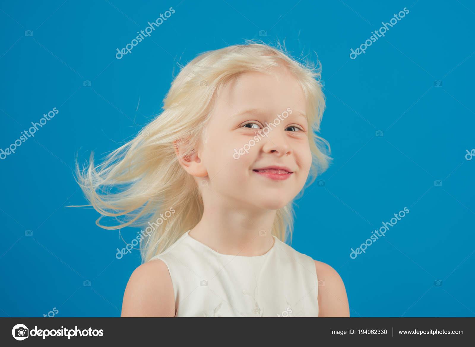 Friseursalon Mit Blonde Kind Friseur Trend Von Kleinen Madchen Mit