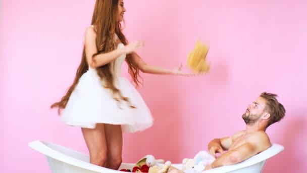 Hračky. Vana. Luxusní vana. Krásná holka. Krásný muž. Krásná žena hraje ve vaně s hračkami. Mladý pár ve vaně