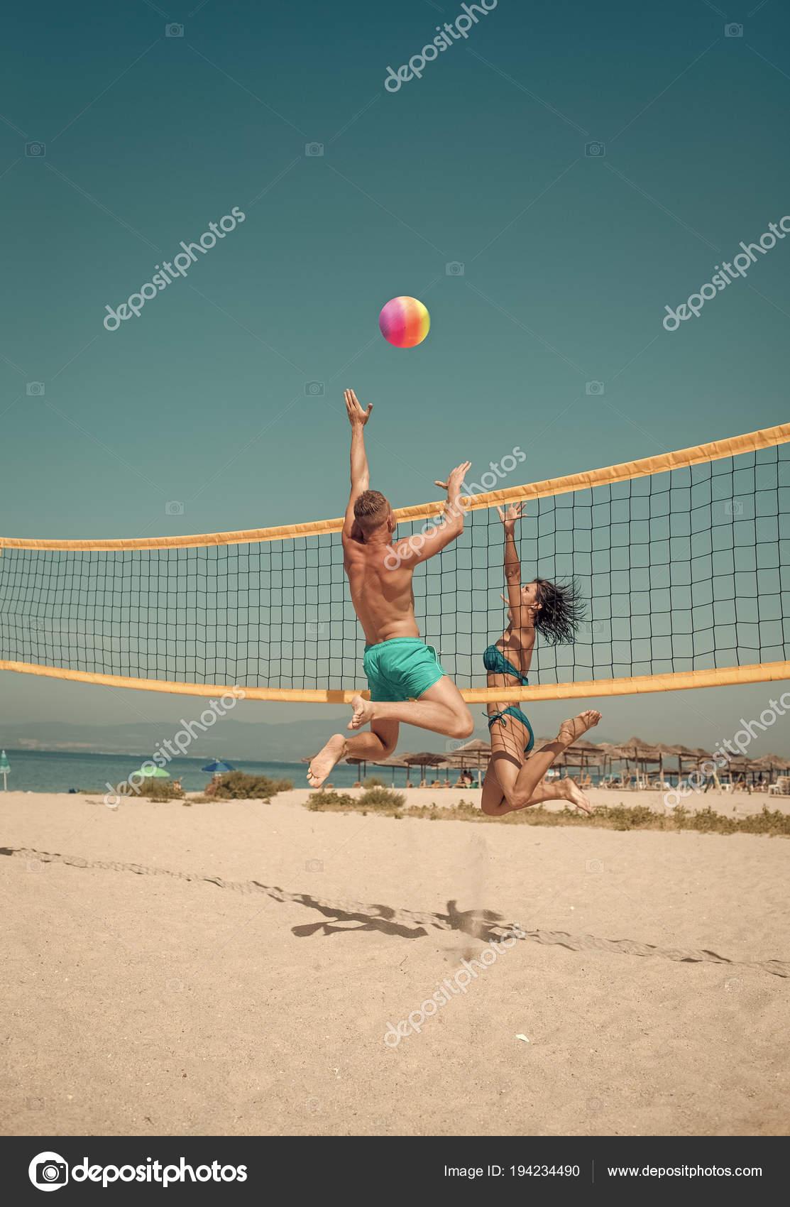 77ff6089e26e2 Par divertirse jugando voleibol. Joven pareja activo deportivo bata de voley  ball