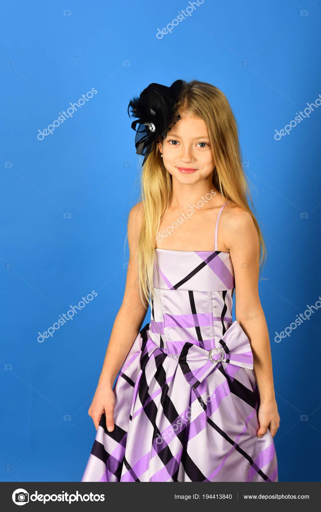 b5b1f5d236ee Dítě dívka stylové glamour elegantní šaty. dítě dívka má krásné vlasy–  stock obrázky