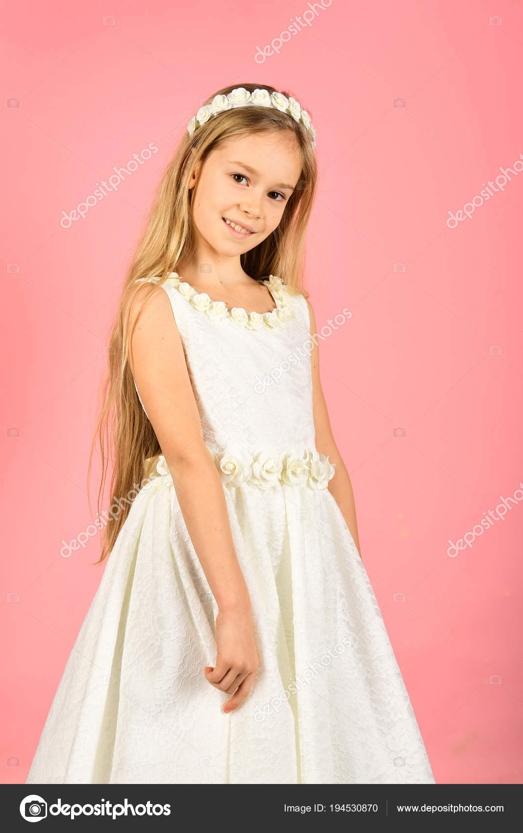 niña linda en vestido de moda. Retrato de un niño. niño vestido ...