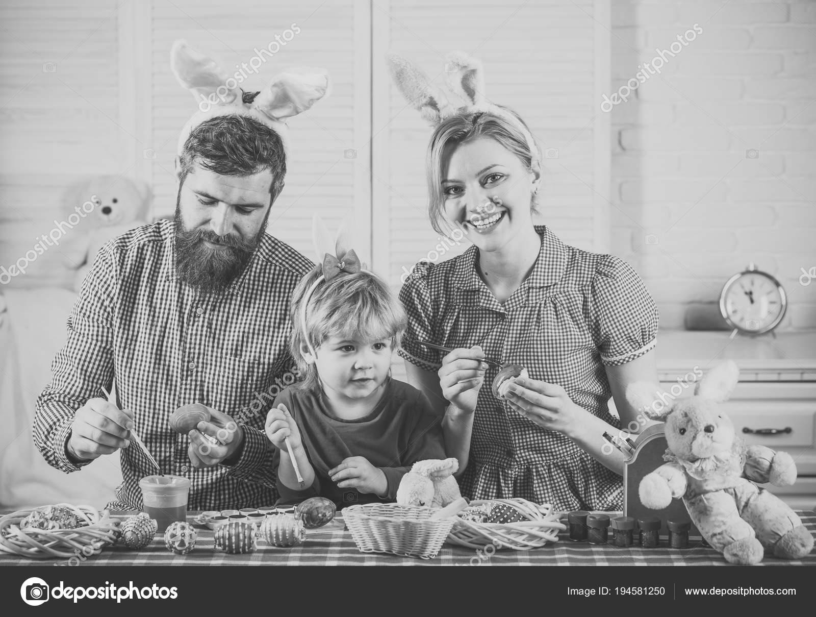 Vater, Mutter und Sohn malen handgemachte Ei — Stockfoto ...