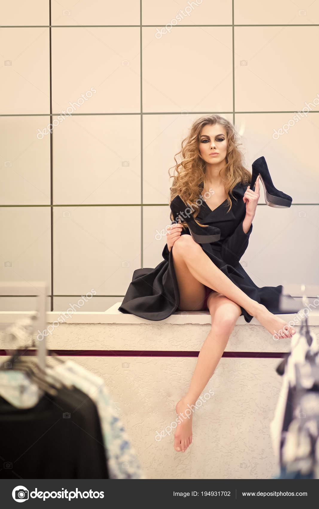 580ac0c57fe Mujer con zapatos de tacón alto negro en vestuario, moda — Foto de Stock