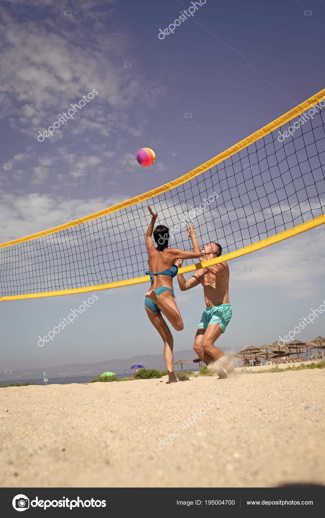 5b213cda0cf6a Concepto de voleibol de playa. Par divertirse jugando voleibol. Joven  pareja activo deportivo bata de voley ball