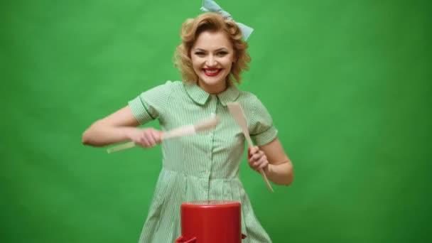 Alltag, Hausarbeit. jeden Tag beginnt Hausfrau mit Topf kochen.