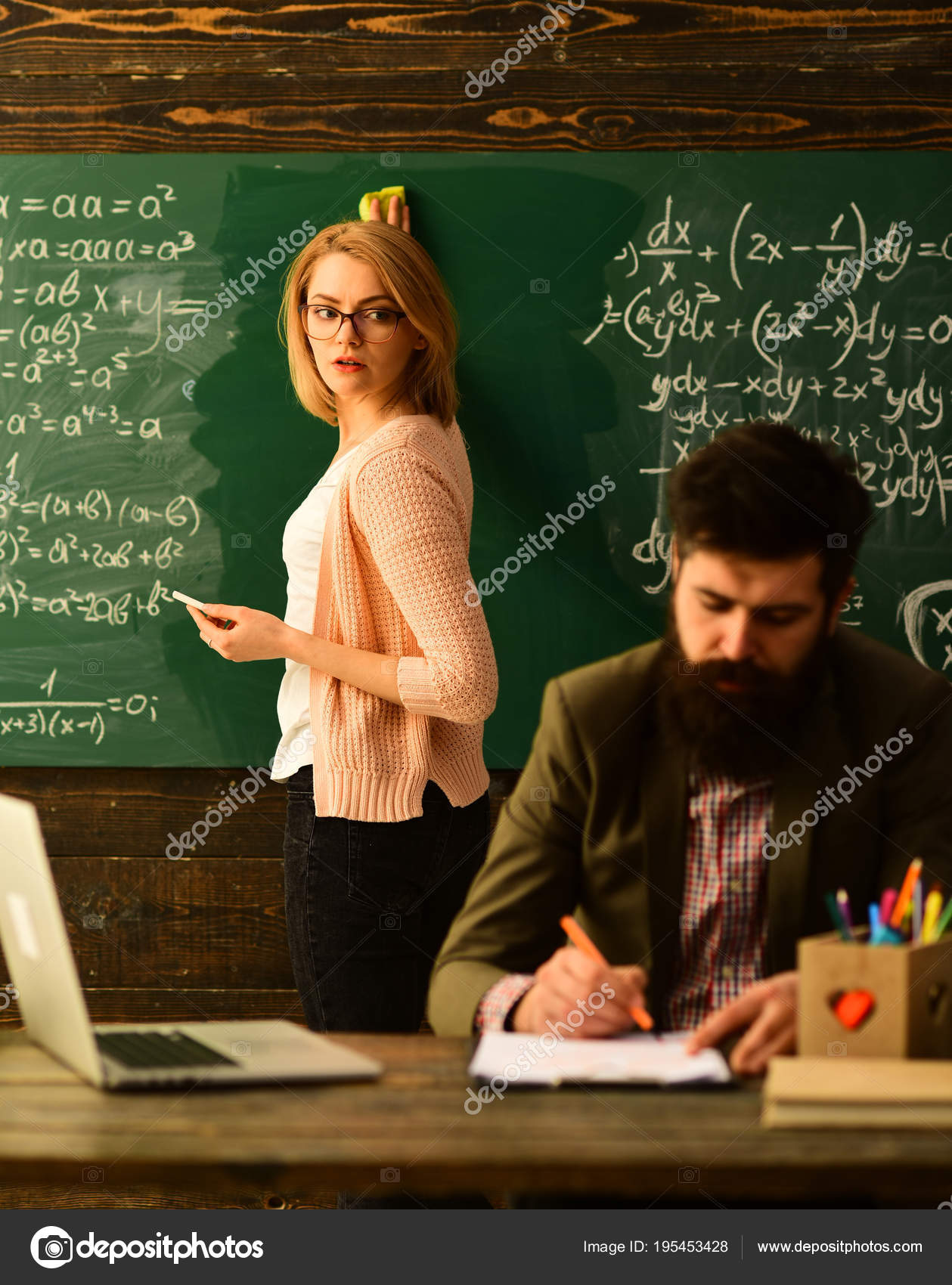 Estudante de cursos on-line com computador, professor colabora com os  colegas, feliz professor em sala de aula, os professores não só amam seu  assunto mas ... 11d9a19a0b