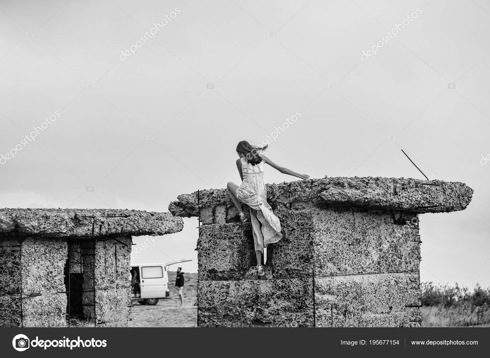 990011907a73 Donna bionda sexy carina o ragazza in vestito blu che ondeggia sul vento  all aperto si arrampica su bunker di cemento rotto — Foto di ...