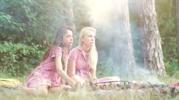Zwei Freundinnen, Die Sich Blendend Amüsieren