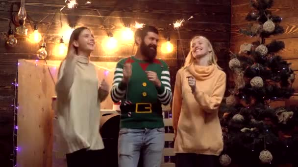 Šťastní novoroční přátelé. Skupinové oslavy nových let. Hipsterovi přátelé na Nový rok. Přátelé slaví novoroční párty s vánoční jiskrou. Vánoční večírky.