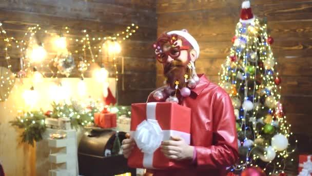 Karácsonyi vicces Mikulás. Ajándékokat hoztam. Karácsonyi buli. Télapó otthon. Mikulás - szakállas hipszter. Vágj vicces arcot. Hálaadás napja és karácsony. Boldog karácsonyt kívánok..
