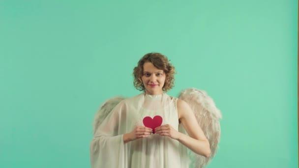 Hezká holka jako Amor s křídly gratulujícími ke dni svatého Valentýna. Anděl děti dívka s bílými křídly.