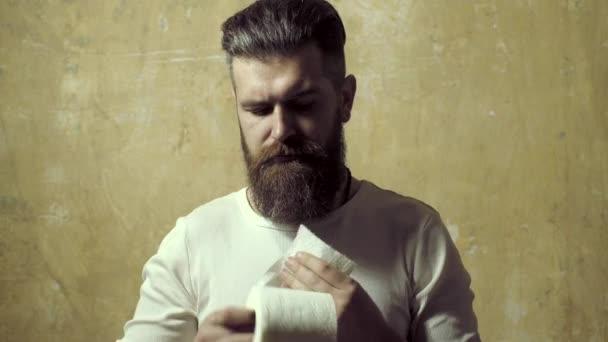 Muž drží role toaletního papíru. WC, toaleta, Hygiena, sociální zařízení, Muž tvář, toaletní papír.