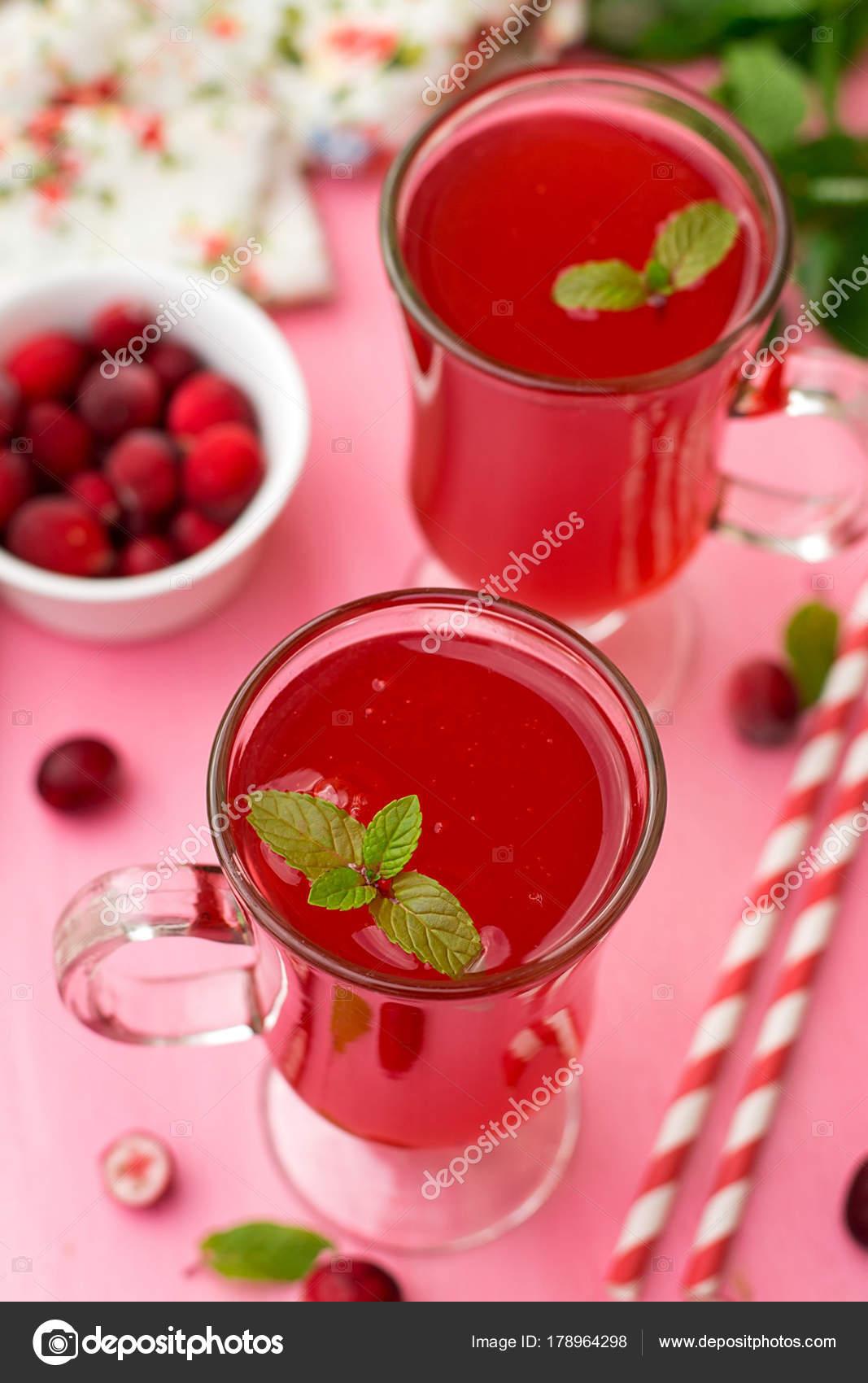Russische traditionelle Getränk Kissel mit Preiselbeeren und Minze ...