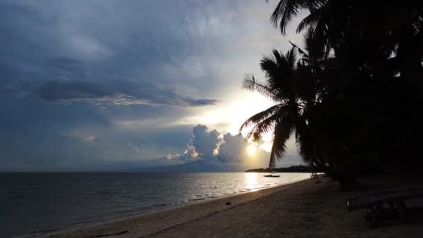 Záběry ukazují poslední minuty tropické slunce, oceán a bílou písečnou pláž. To je zatažené odpoledne a klidný siluety palem lze také vidět v klipu