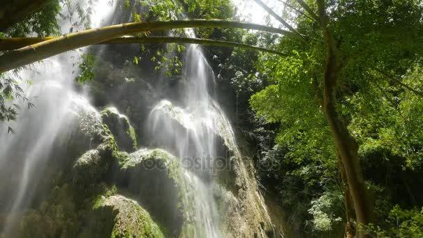 Klip z obrovského vodopádu s minerální usazenina skalními útvary, v tropické bambusový Les.