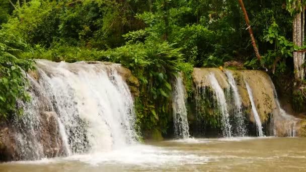 Bližší záběr od tropických vodopádů Cambugahay Siquijor Island. Ponorné bazény mají muddy Waterse vzhledem k nedávné silné srážky.