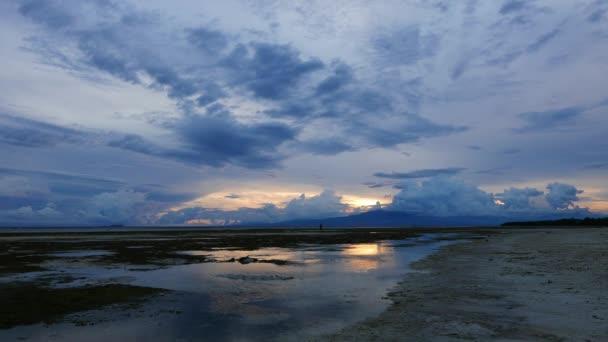 Klip z bílý písek pláží Siquijor Island, zastřelen během pozdních odpoledních hodinách. Místní lze považovat za chůze na mělčině; návrat domů po sběru mušlí z odlivu fondy