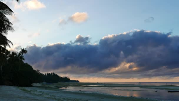 Brzy ráno video od bílých písečných pláží Siquijor Island, ukazuje nízké výšce mraků na pláž a oceán. Místní obyvatelé lze považovat za shromažďování skořápek z odlivu fondů ve vzdálenosti