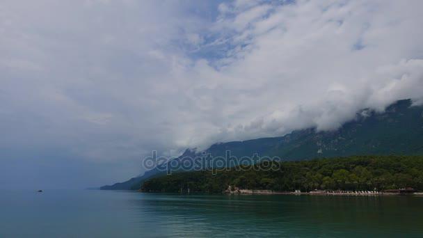 Akyaka kıyı (Gökova Körfezi, Mugla, Turkey) hemen sonra şiddetli yağmur bulutlu bir kadeh. Deniz çok sakin. Alçak irtifa cumulus bulutları Sakar dağ doruklarına kapsayan görülebilir.