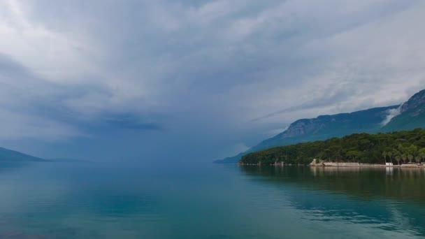 Akyaka kıyı (Gökova Körfezi, Mugla, Turkey) kısmi görünümünü çok sakin bir gün. Ufuk, gökyüzünün rengi içine denizin rengini karıştırır.