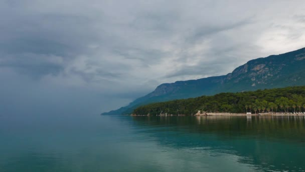 Sakin, bulutlu bir günde kısmi görünümü Akyaka kıyısındaki (Gökova Körfezi, Mugla, Turkey). Ufuk, gökyüzünün rengi içine denizin rengini karıştırır.