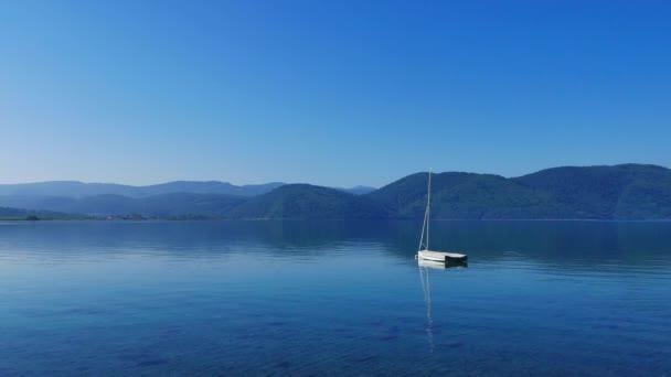 Akyaka kıyı şeridi (Gökova Körfezi, Muğla, Türkiye) plaja, pastoral bir bakış bir sessiz bahar sabahı. Su kadar sakin ve temiz bu yer-ebilmek var olmak seen. Kıyıya yakın yerde demirlemiş bir küçük yelkenli tekne oluşturulmasında da.