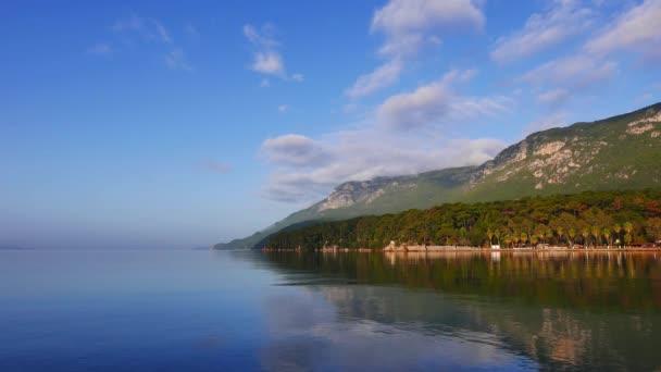 Çok sakin, Akyaka kıyısındaki (Gökova Körfezi, Ege Denizi) kısmi görünümü gün temizleyin. Deniz kıyı şeridi bir ayna gibi yansıtır.