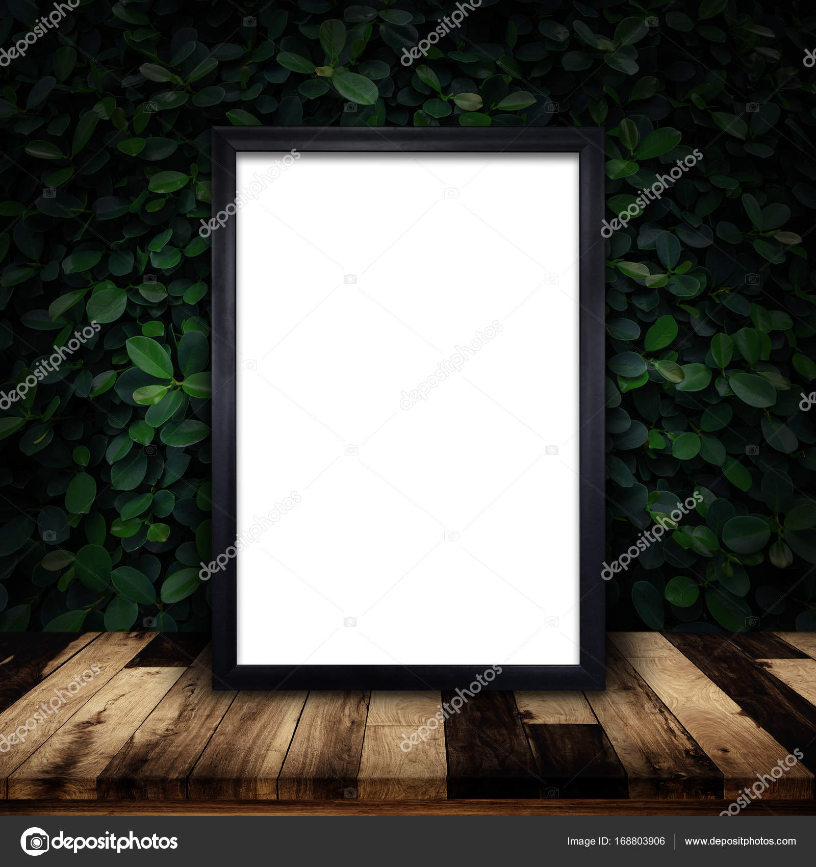 Mock-up des schwarzen Rahmen Plakat auf grünen Efeu Wand Hintergrund ...