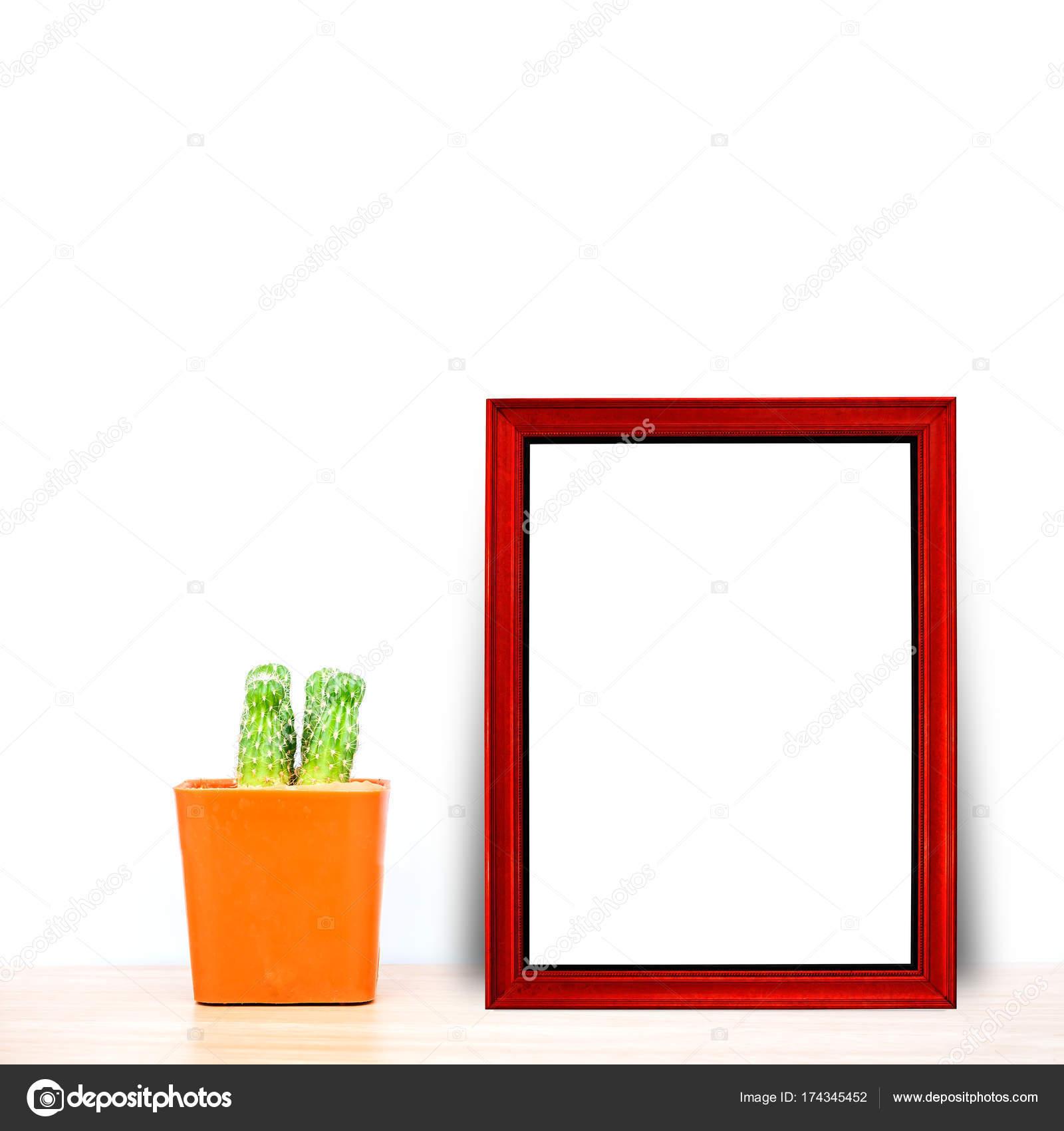 Roter Rahmen mit Kaktus im Topf auf Holztisch — Stockfoto ...