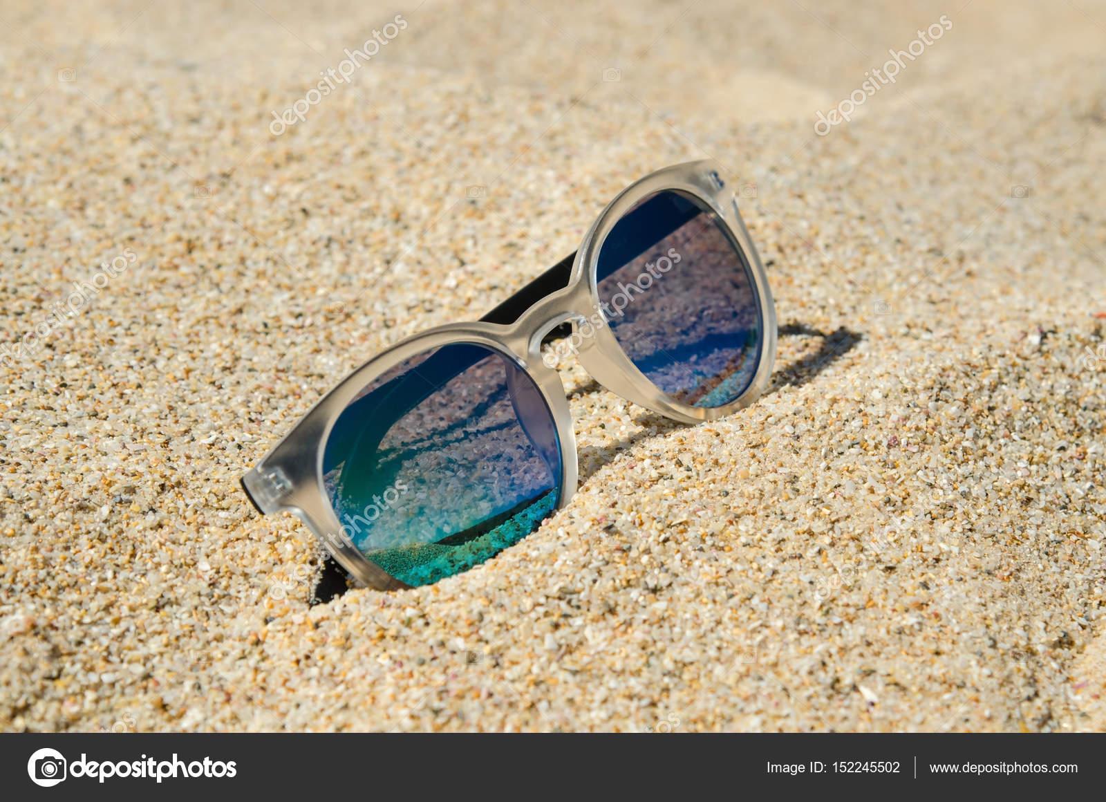 40537868aa4c3 Óculos de sol na praia. Multi colorido modelo elegante com transparente  armação e lentes azuis