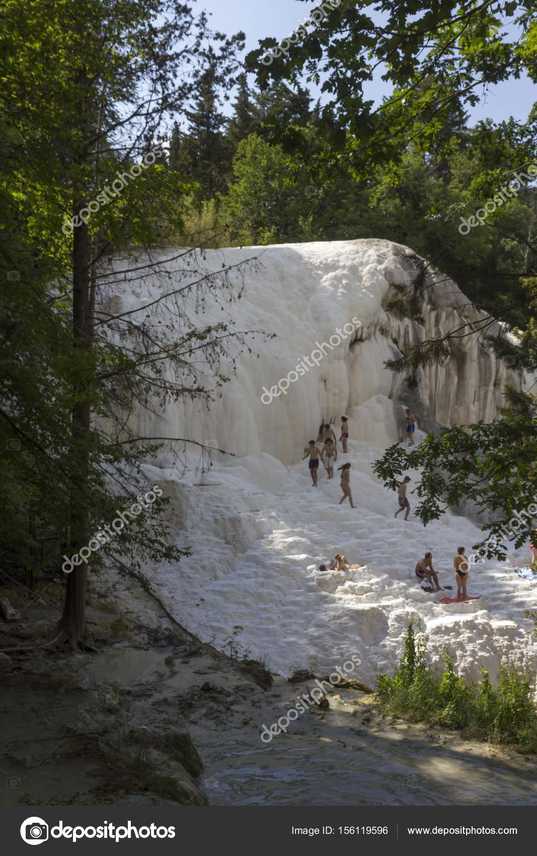 Persone fare il bagno in piscine termali naturali Bagni San Filippo ...