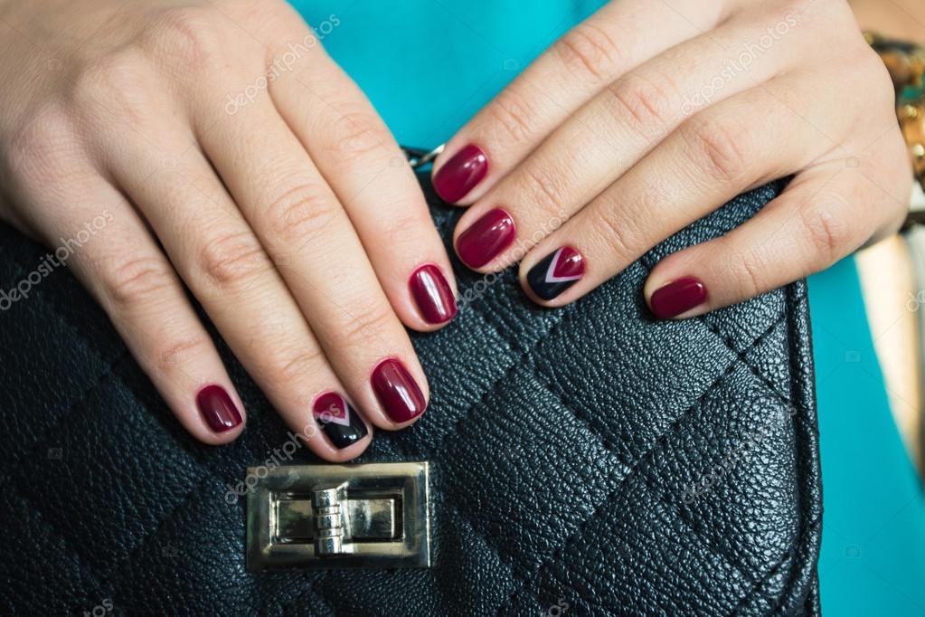 Mujer Uñas Con Esmalte De Uñas Rojo Y Un Hermoso Bolso Negro