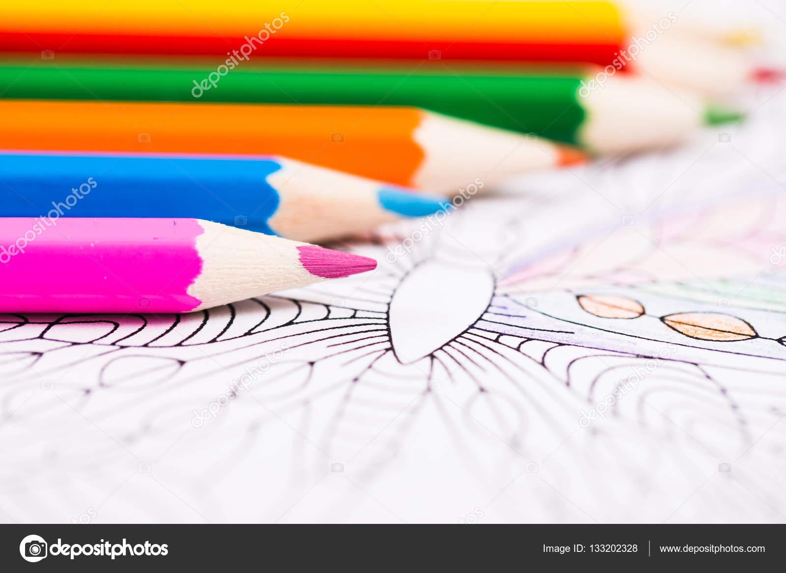 Lápices de varios colores y libro para colorear para adultos — Foto ...