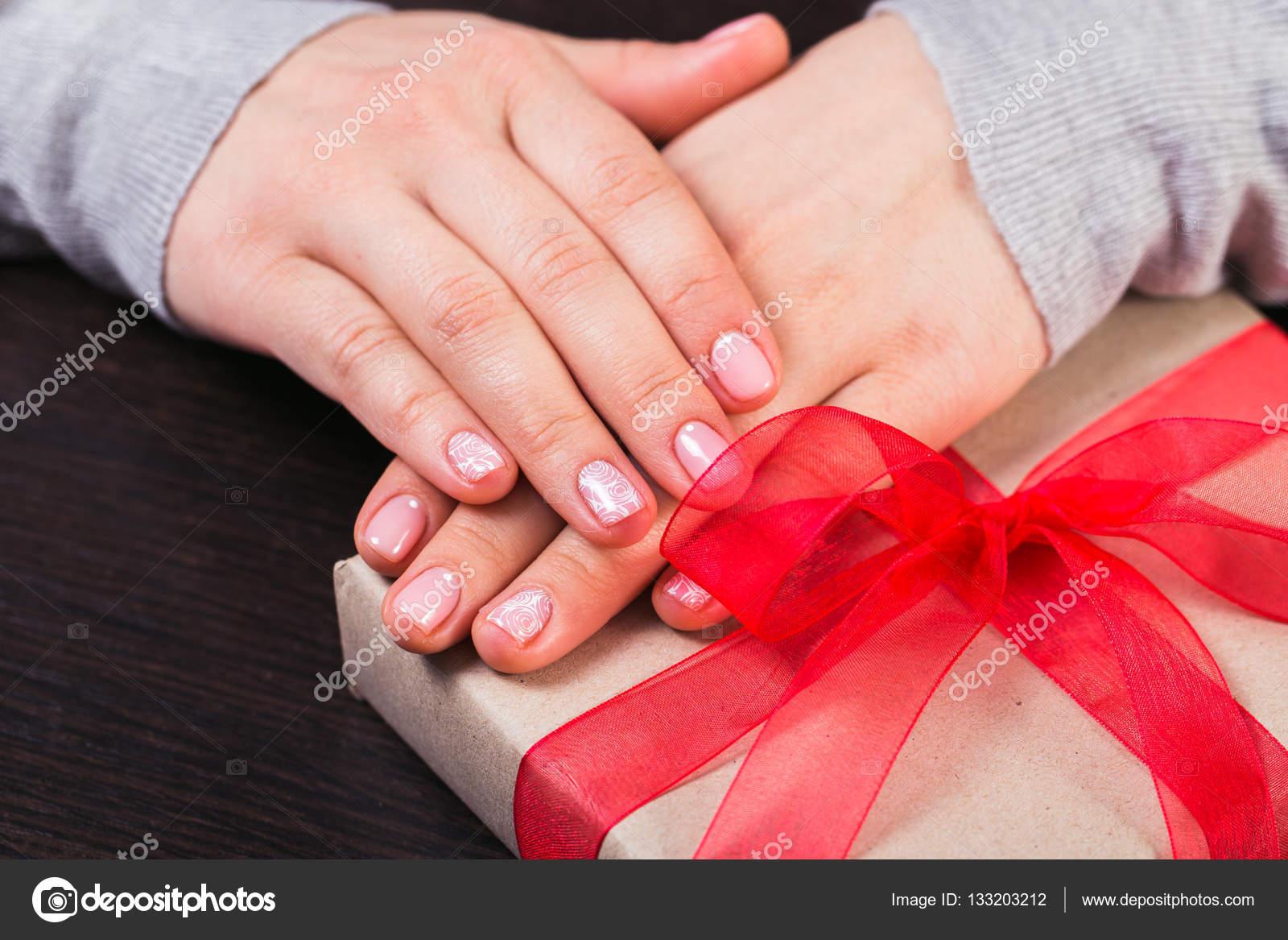Mädchen, die mit einem Geschenk-Box. Maniküre Gel Nagel — Stockfoto ...