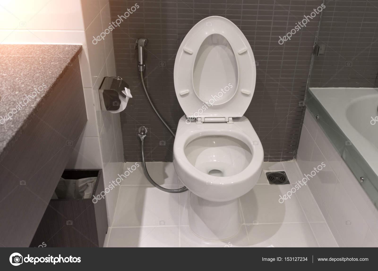 Moderne WC Schüssel Design im Bad — Stockfoto © pkproject #153127234