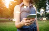 ruka mladé ženy, které se dotýkají smartphone