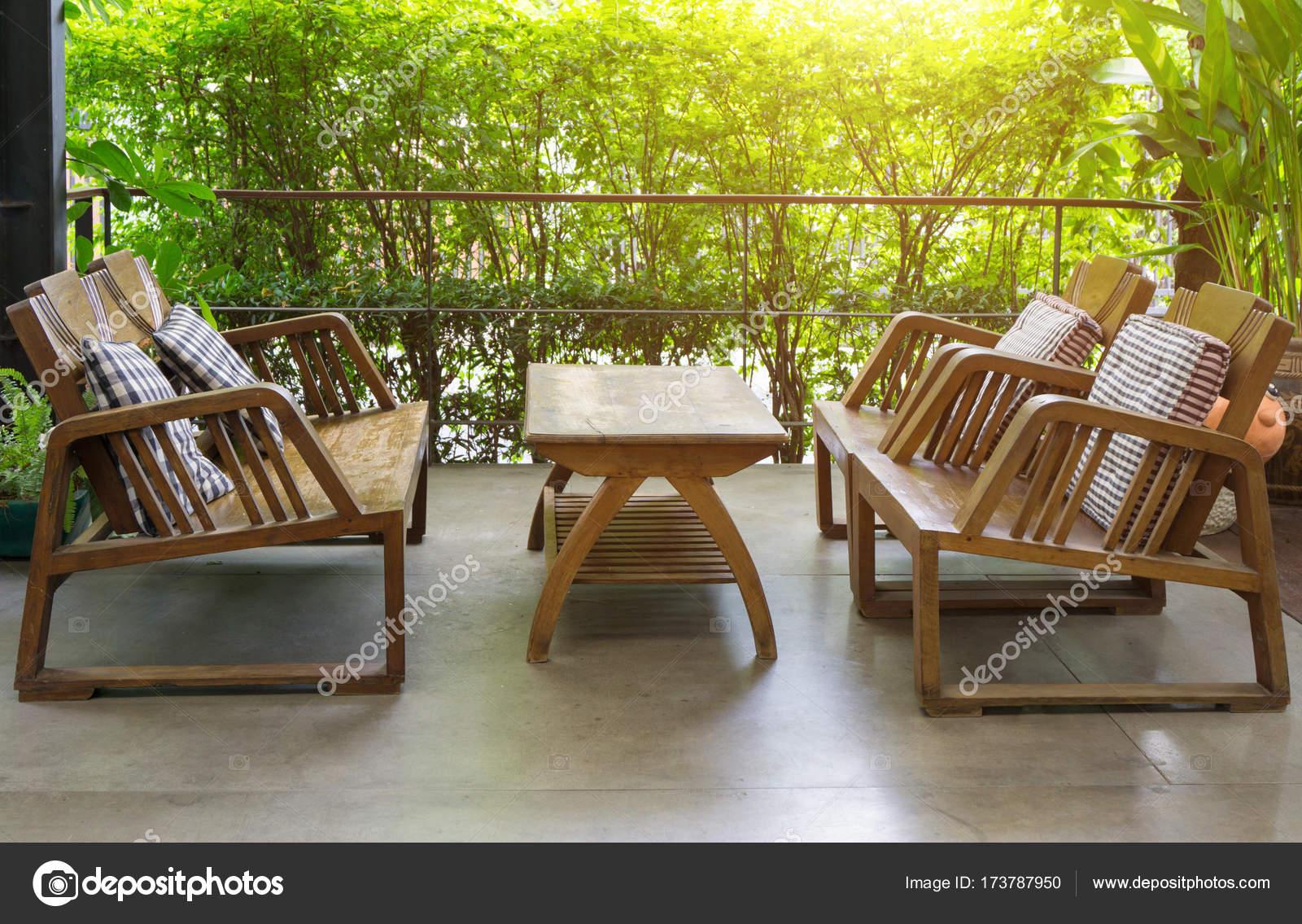 Muebles exterior mesa y sillas de madera en el jardín para rela ...
