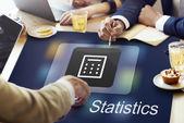 Menschen diskutieren über Statistiken